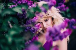 kobieca sesja w kwiatach