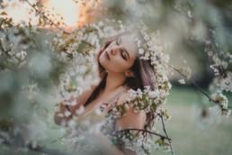 3 sesja kobieca kwitnace drzewa 1 uai