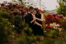 sesja narzeczeńska brzoskwinia ogród rododendrony